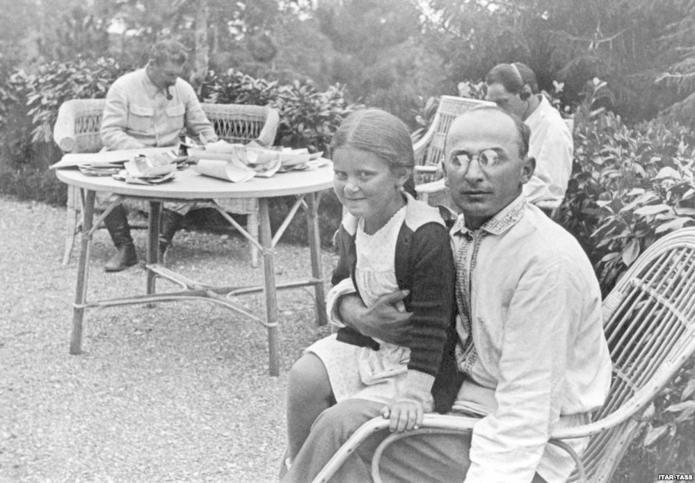Stalin (v pozadí) byl diktátor, který má na svědomí miliony lidských životů. S rodinou však působil jako normální člověk.