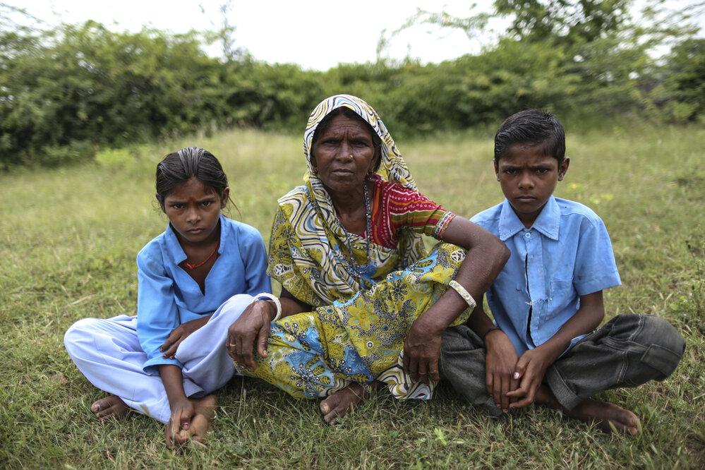Payal a Rayu byli rovněž opuštěni. Společně s nimi byl odložen i tehdy 9měsíční bratr. Ten ale záhy po odchodu matky zemřel.