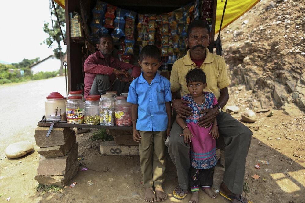 Kanti Lal se musí starat o dvě vnoučata Jeho syn zemřel a snacha děti záhy opustila.