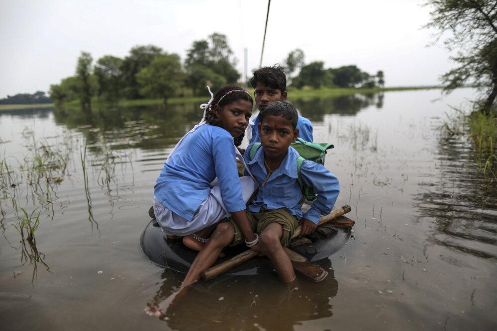 Celý region je velmi chudý. Narbada a její bratři musí každý den překonávat řeku na pneumatikách, aby se dostali do školy.
