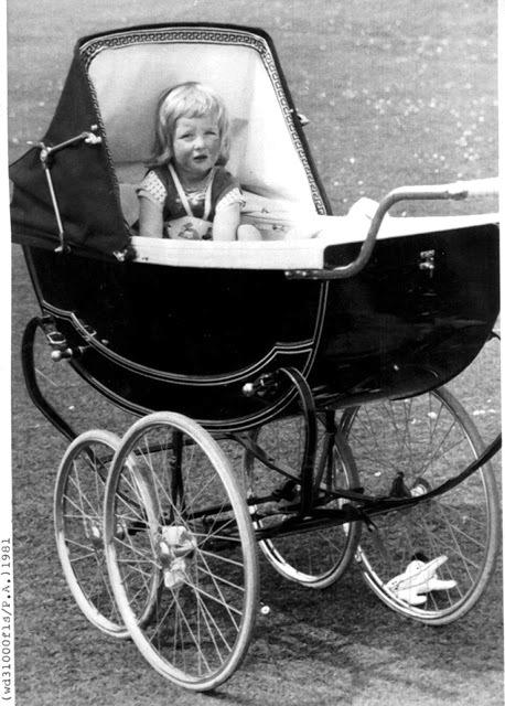 2letá Diana v kočárku na královských statcích v Sandringhamu.