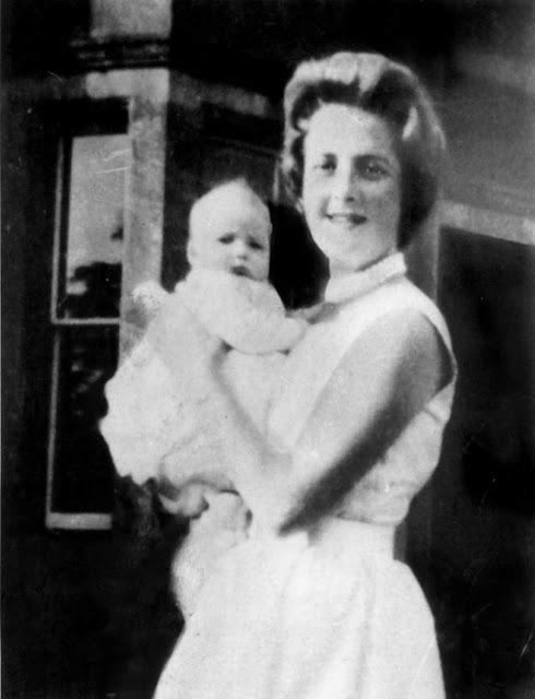 V náručí matky 2 měsíce po narození.