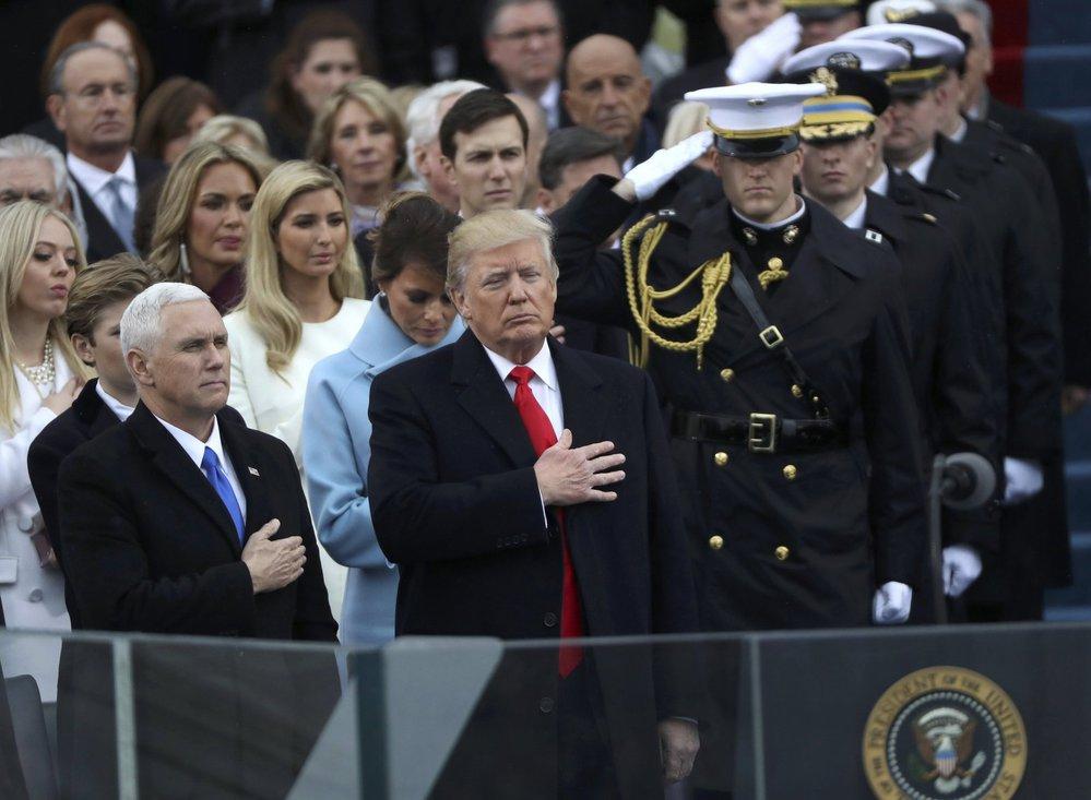 Donald Trump a jeho viceprezident Mike Pence při poslechu americké hymny