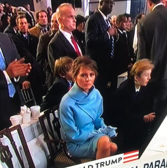 Melania nevypadala na inauguraci příliš šťastně, Donald Trump na ní občas zapomínal.