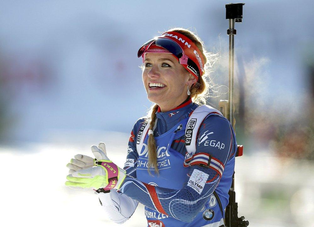 Gabriela Koukalová se raduje ze zlaté medaile ve sprintu na MS v Hochfilzenu