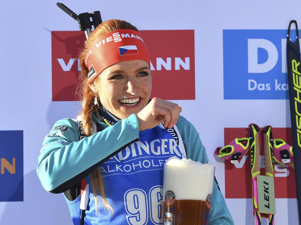 Vítězka biatlonového sprintu na MS v Hochfilzenu Gabriela Koukalová a její pivní odměna