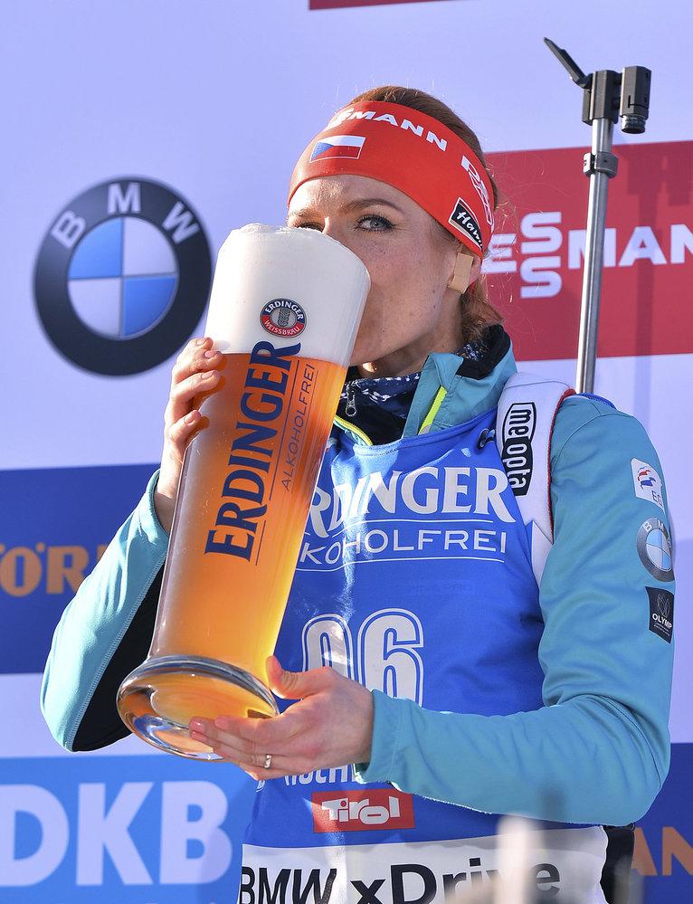 Česká biatlonistka Gabriela Koukalová oslavila zlato ze sprintu pivem!