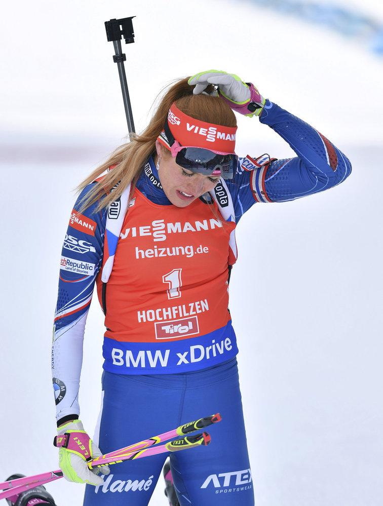 Gabriela Koukalová se vzpamatovává v cíli stíhacího závodu na MS v biatlonu