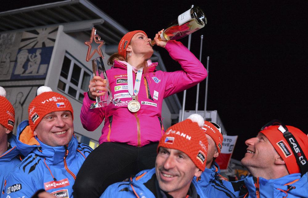 Česká biatlonistka Gabriela Koukalová oslavuje další zisk medaile