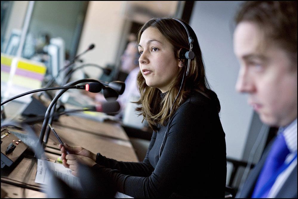 Stovky tlumočníků zajišťují, aby si europoslanci rozuměli