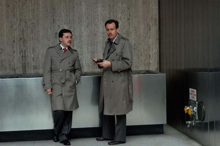 Pauza detektivů před budovou NYPD.