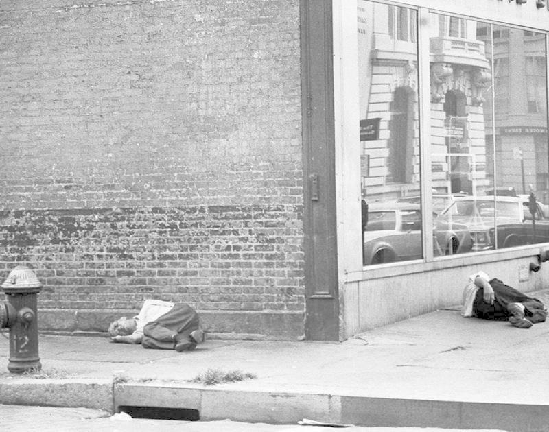 Muže i ženy v zoufalé životní situaci jste tehdy mohli potkat všude. Žebrali v Central Parku, překračovali jste je v metru a potkávali spící v odpadkových koších přímo na ulici.