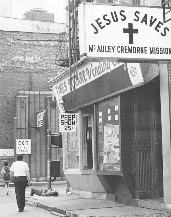 Z Times Square, kde ještě v 70. letech sídlila řada luxusních hotelů, se postupem času stalo centrum peep shows, prostituce a zločinu obecně.