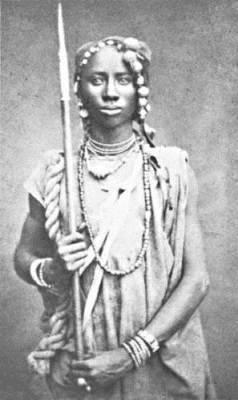 Trůn krále Dahomey byl vytvořen z lebek mrtvých nepřátel. Každoroční várka kostí přinesených z bojišť Amazonkami pak zdobila stěny celého královského paláce.