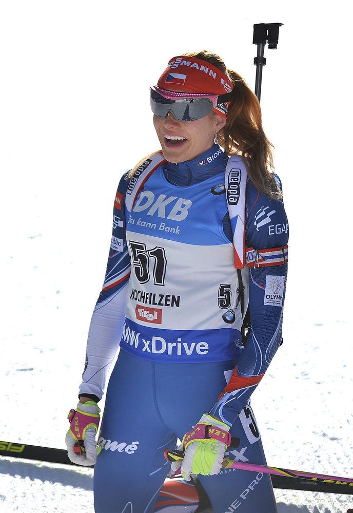Rozesmátá Gabriela Koukalová v cíli vytrvalostního závodu na MS v biatlonu