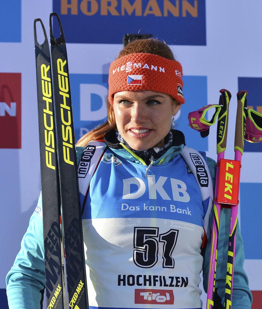 Gabriela Koukalová na květinovém ceremoniálu po stříbrném závodě na 15 km na MS v Hochfilzenu