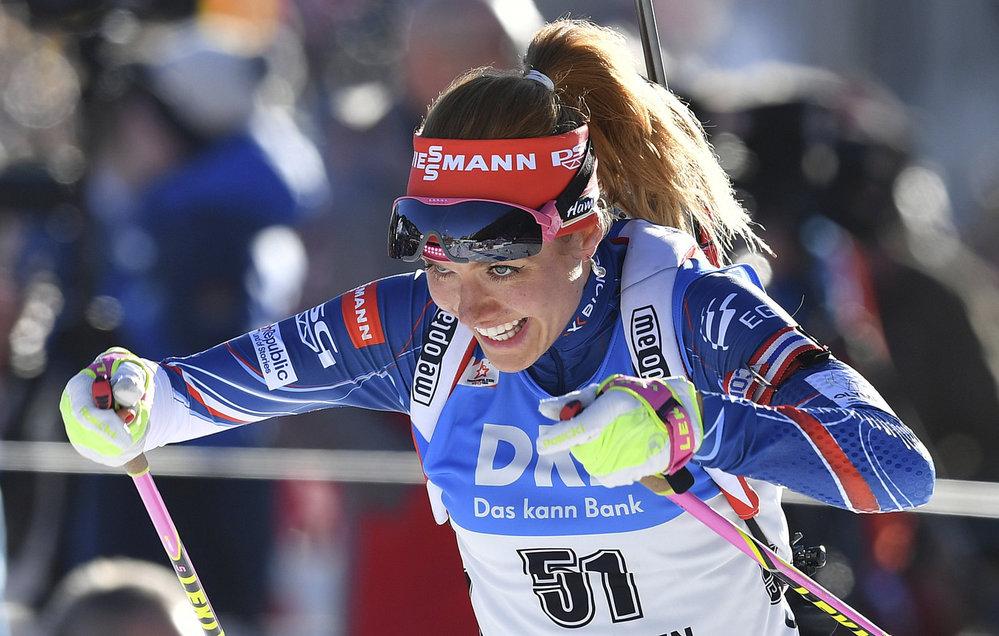 Gabriela Koukalová finišuje v individuálním závodě na 15 km pro stříbrnou medaili