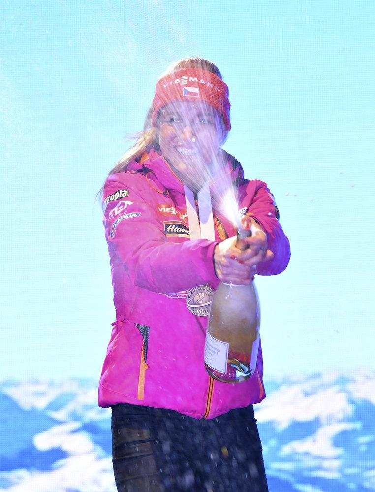 Gabriela Koukalová na medailovém ceremoniálu po vytrvalostním závodu. České biatlonistce se tentokrát povedla otevřít lahev šampaňského