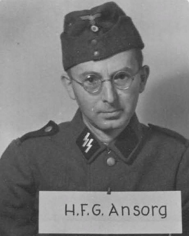Podívejte se do očí nacistickému personálu z Osvětimi.