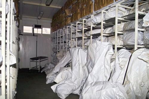 Desítky pytlů s lidskými ostatky