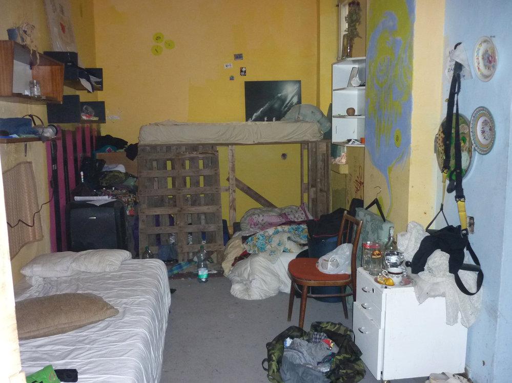 """Interiér Kliniky ve stavu, v jakém ho udržují """"squatteři"""""""