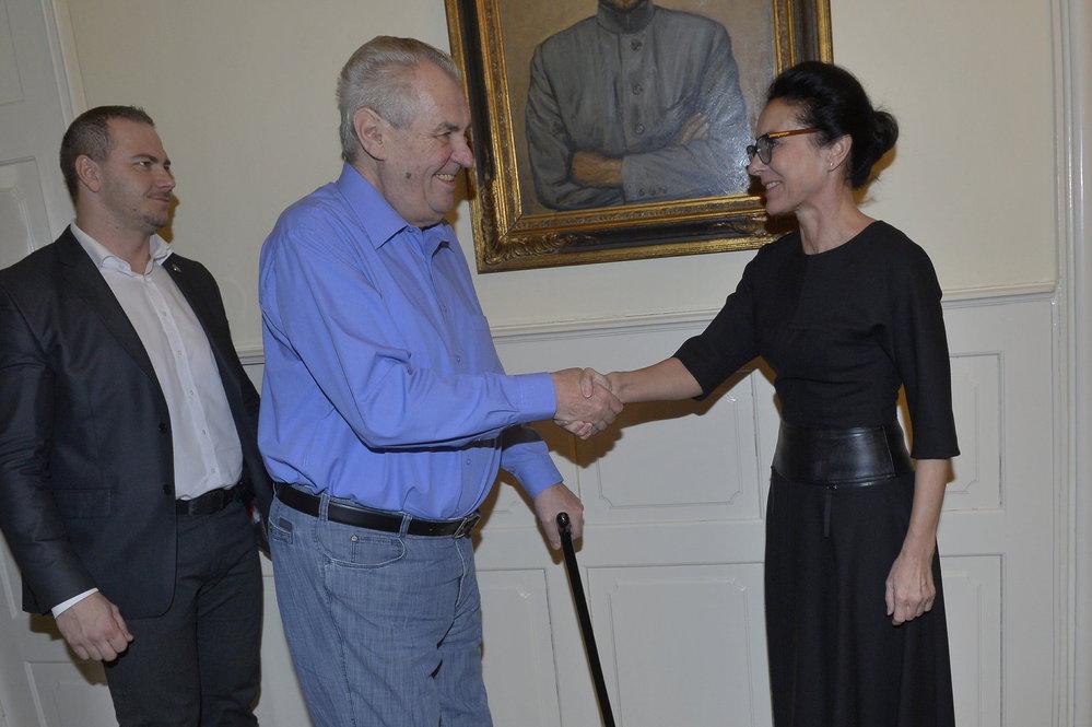 Milšo Zeman se zdraví před 10. dílem pořadu S prezidentem v Lánech s generální ředitelkou CNC Libuší Šmuclerovou
