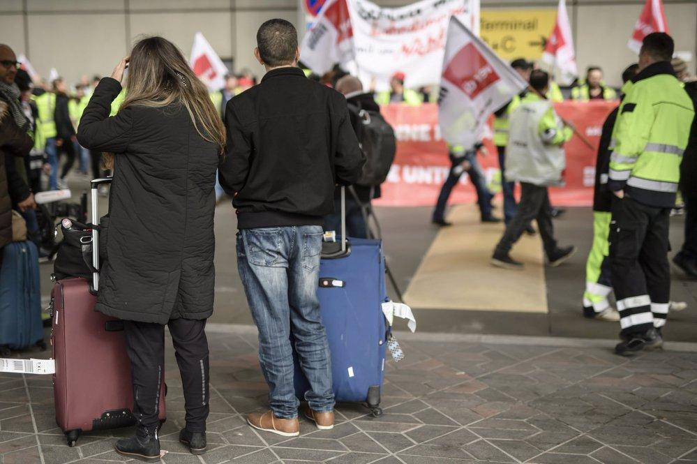 Pasažéři zrušeného letu mezi stávkujícím pozemním personálem berlínských letišť
