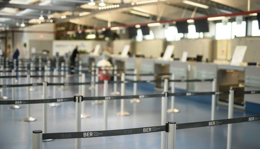 Přepážky leteckých společností na letištích Tegel a Schönefeld zely prázdnotou