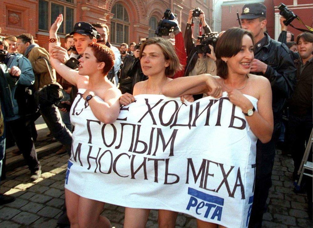 Po pádu Sovětského svazu se začalo demonstrovat. Na snímku aktivistky za práva zvířat