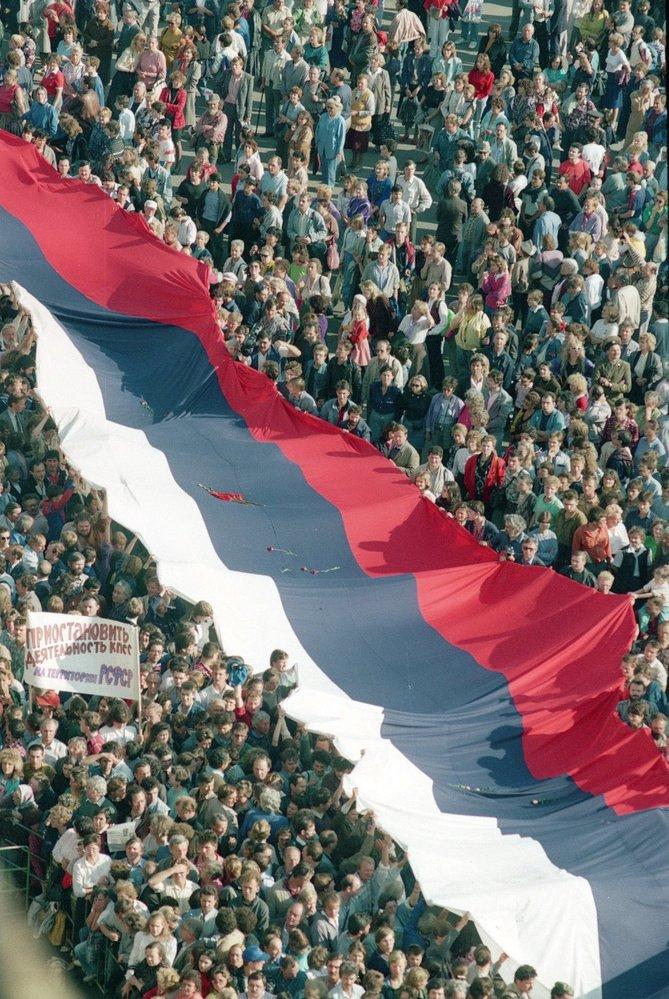 Rudé náměstí zaplněné při demonstraci v roce 1991