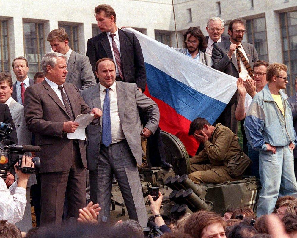 Boris Jelcin v roce 1991 před ruským parlamentem