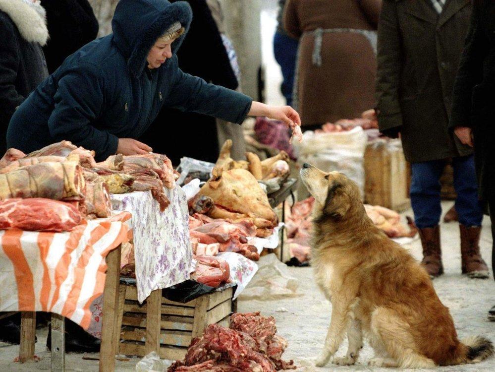 Nedostatek potravin, věčné téma SSSR. Snímek z roku 1991 zobrazuje jeden z nelegálních černých trhů s jídlem.
