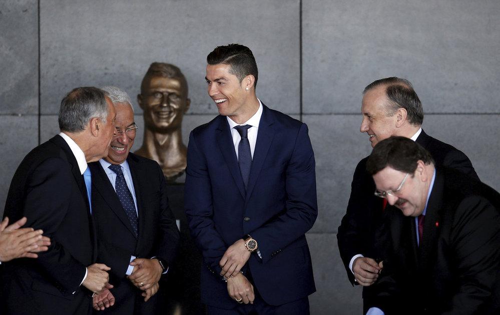 Cristiano Ronaldo má na letišti také vlastní bustu