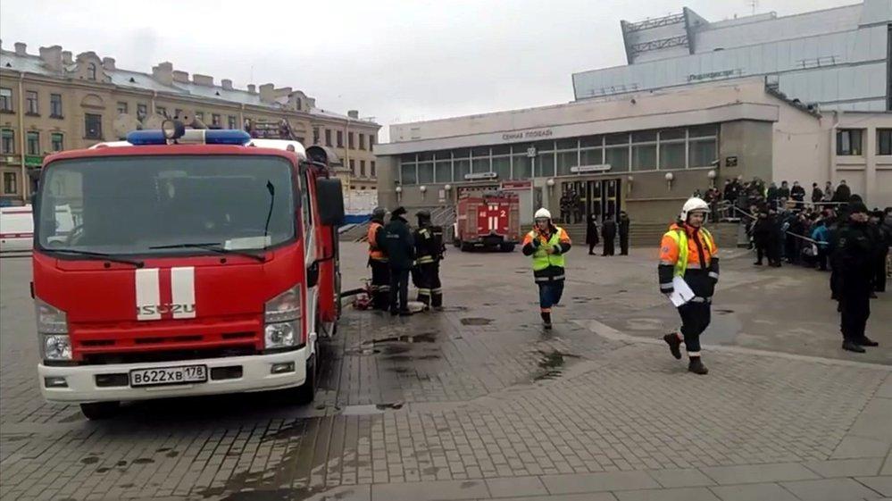 Hasiči zasahující u jedné ze stanic metra v Petrohradu, kde došlo ke dvěma výbuchům