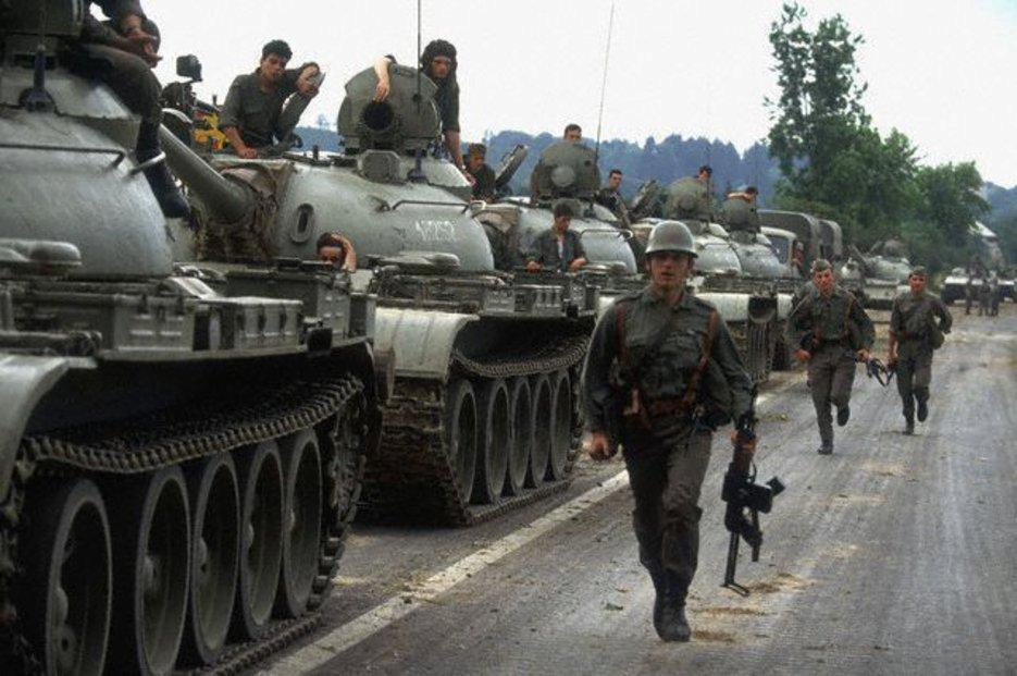 Jugoslávská lidová armáda pochoduje na Slovinsko