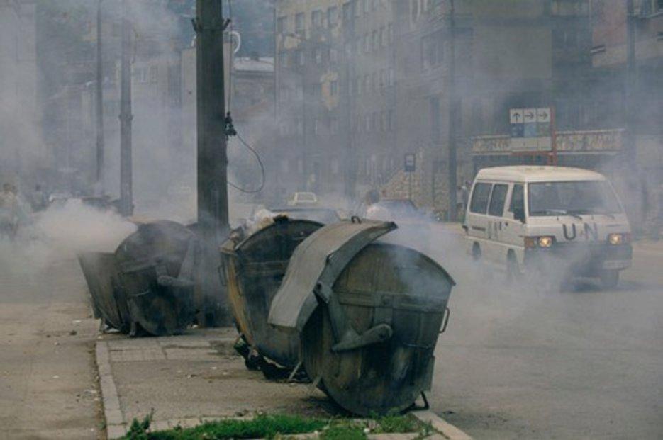 Vůz OSN projíždí ulicemi Sarajeva