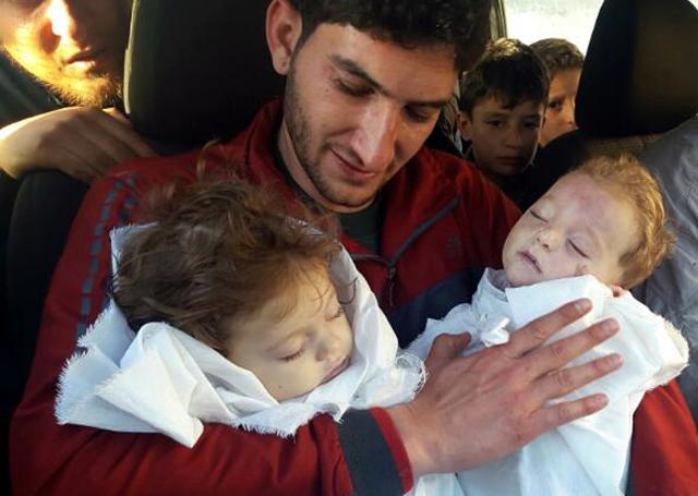 Otec s dětmi, které zemřely při chemickém útoku.