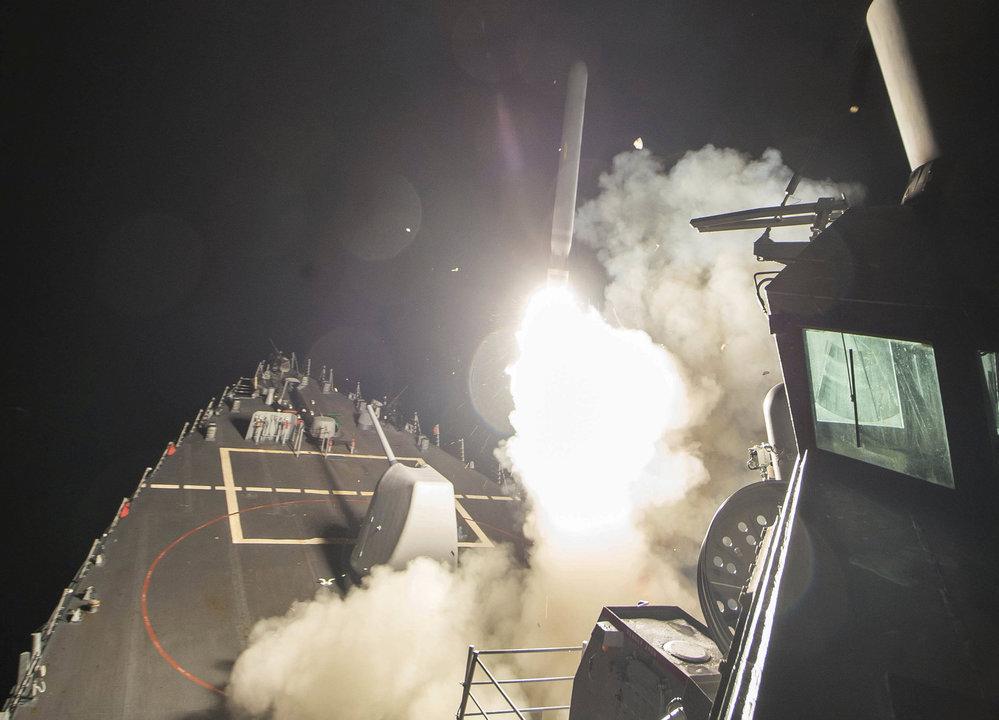 Raketa Tomahawk odpálená z americké lodi na Sýrii.