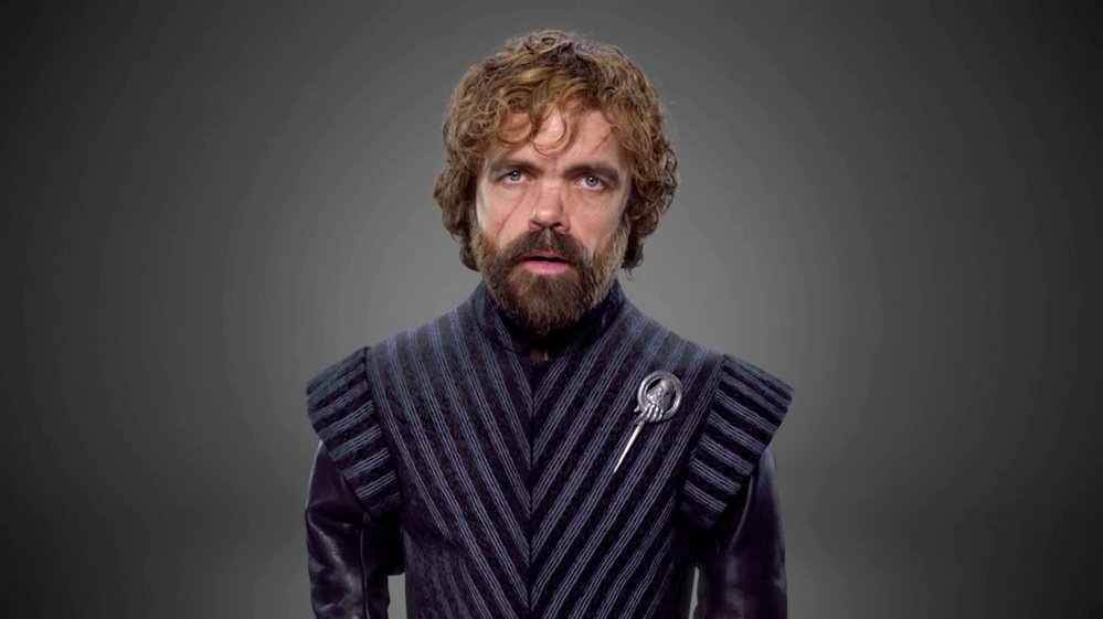 TYRION LANNISTER. Tyrionovi to v nové řadě seriálu, kde bude vystupovat jako Pobočník královny, neobyčejně sluší. Stříbrná brož, která k této funkci patří, se na tmavém oblečení neobyčejně vyjímá.