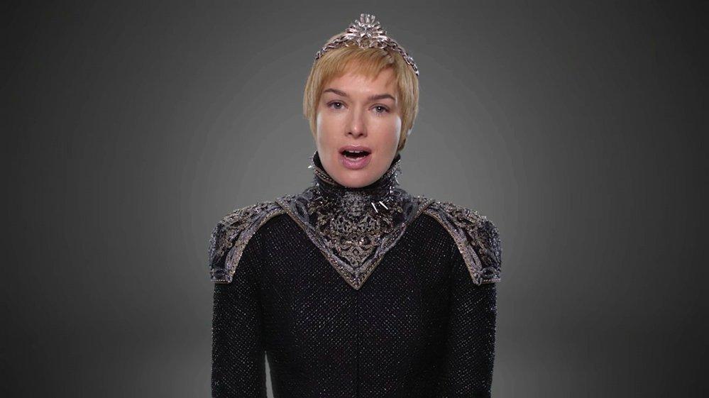 CERSEI LANNISTER. Královna Cersei bude oblečena do černé barvy. Její kostým oživí ozdobný stříbrný nárameník a decentní korunka. Cersei zůstane u krátkých vlasů.