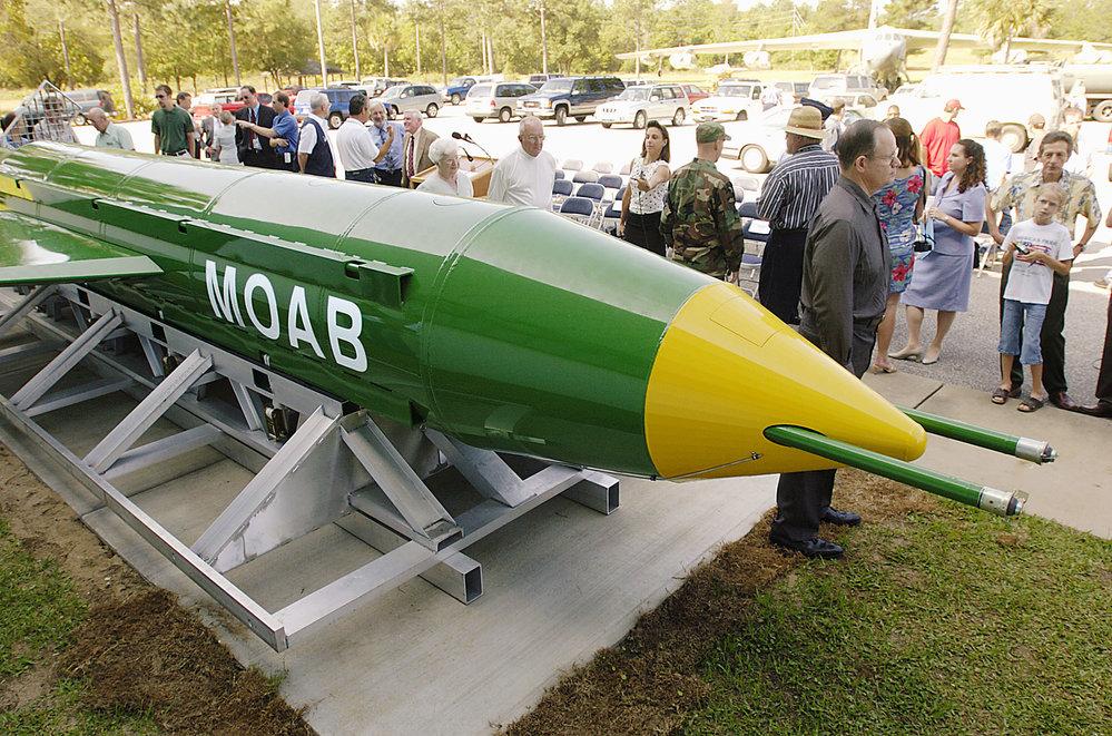Přes devět metrů dlouhá bomba je se zhruba jedenácti tunami výbušniny nejničivější nejadernou zbraní v arzenálu Spojených států