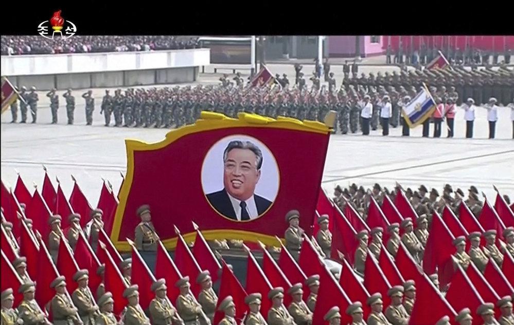 Severní Korea se dnes navzdory nejnovějšímu napětí se Spojenými státy nerušeně připravovala na sobotní oslavy 105. výročí narození zakladatele komunistického režimu Kim Ir-sena.