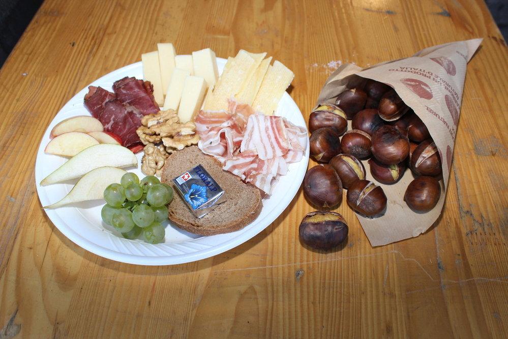 Brisolee – walliská specialita z pečených kaštanů podávaná s burčákem, pikantními druhy sýra, hrozny vína, jablky, plátky sušeného masa.