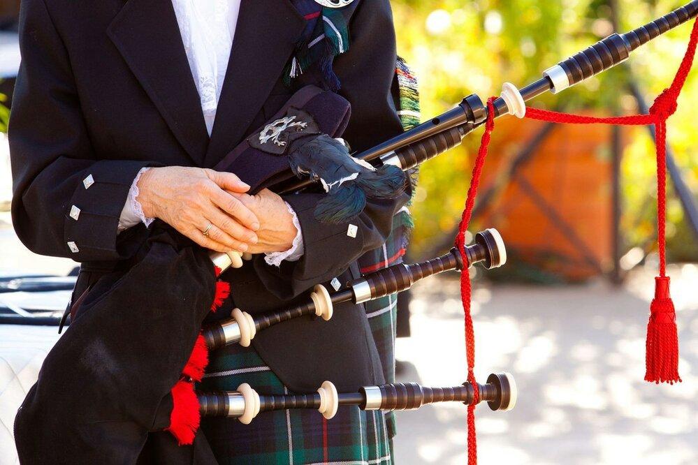 Skotské dudy se, na rozdíl od českých, nepohánějí druhým měchem, ale hráč musí zapojit vlastní dech, kterým dofukuje vak.