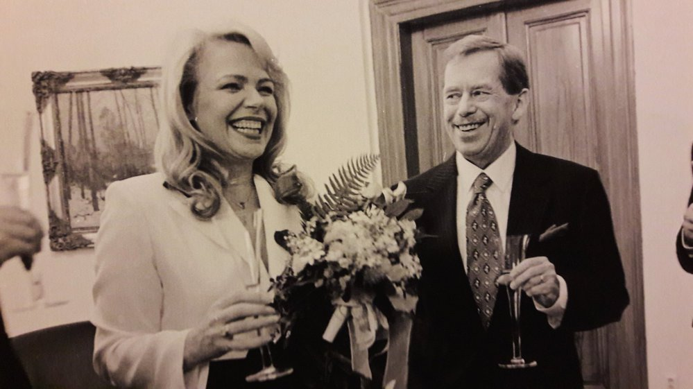 Dášinu kytici tvořilo luční kvítí. K jejímu černobílému kostýmu volil prezident tmavomodrý oblek s červenou kravatou.