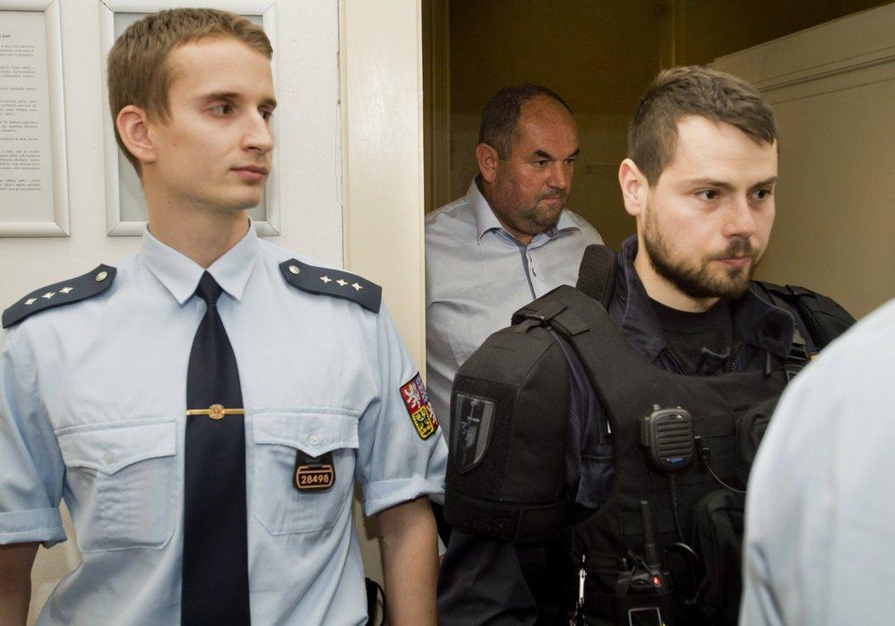 Předseda FAČR Miroslav Pelta u Obvodního soudu pro Prahu 1 při jednání o vazbě v oklopení policistů
