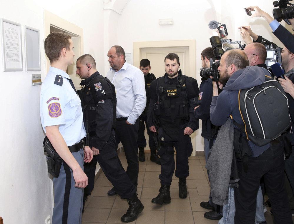 Miroslav Pelta má kolem sebe »nový tým«, policisty místo fotbalistů. Jen ho neposlouchají, ale vyslýchají.