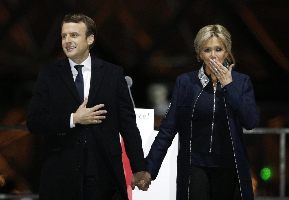 Macron slavil vítězství v prezidentských volbách s manželkou Brigitte Trogneux po boku