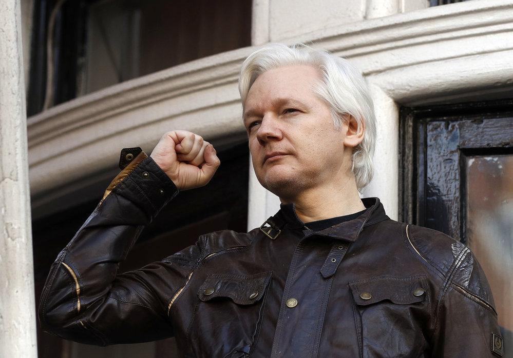 Julian Assange na balkóně ekvádorské ambasády v Londýně mluvil o vývoji událostí