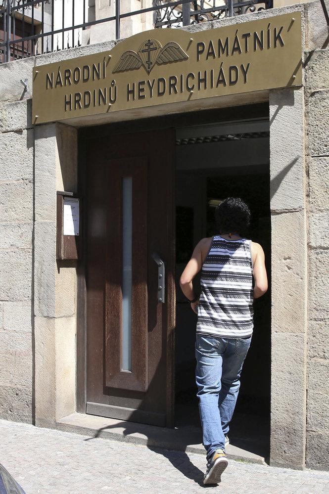Vstup do Památníku hrdinů heydrichiády  z boku krypty pravoslavného kostela sv. Cyrila a Metoděje